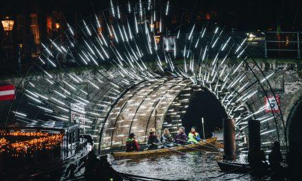 Roeien langs lichtkunstwerken van het lightfestival